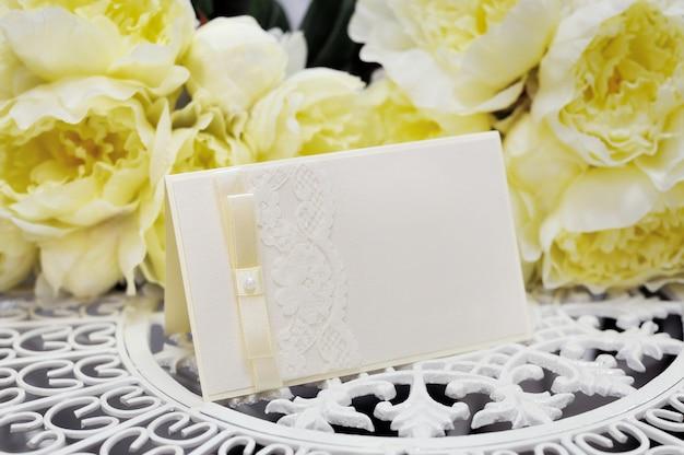 Hochzeitskarte und gelbe blumen Premium Fotos