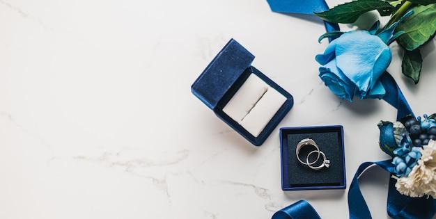 Hochzeitskonzept, brautschuhe, ring und blumen Premium Fotos