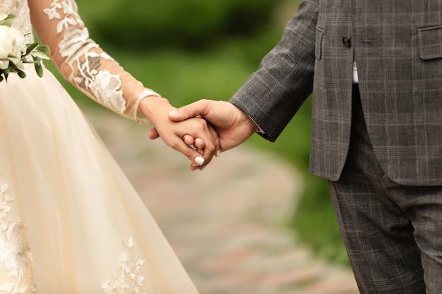 Hochzeitspaar, braut und bräutigam händchen haltend, schöner hochzeitstag Premium Fotos