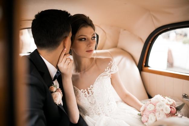 Hochzeitspaar-fotoaufnahme durch retro- auto Kostenlose Fotos