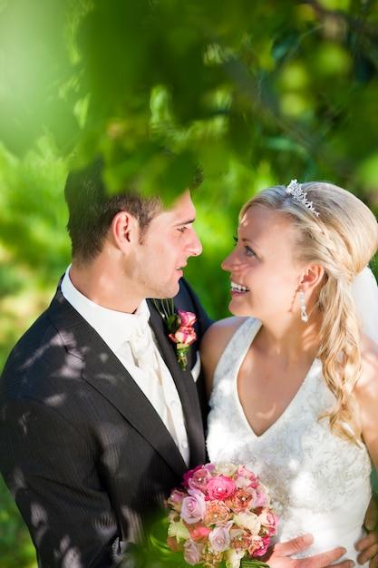 Hochzeitspaar in romantischer umgebung Premium Fotos
