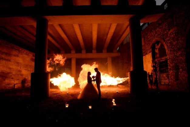 Hochzeitspaare in den mittelalterlichen kostümen mit vampirsartmake-up Premium Fotos