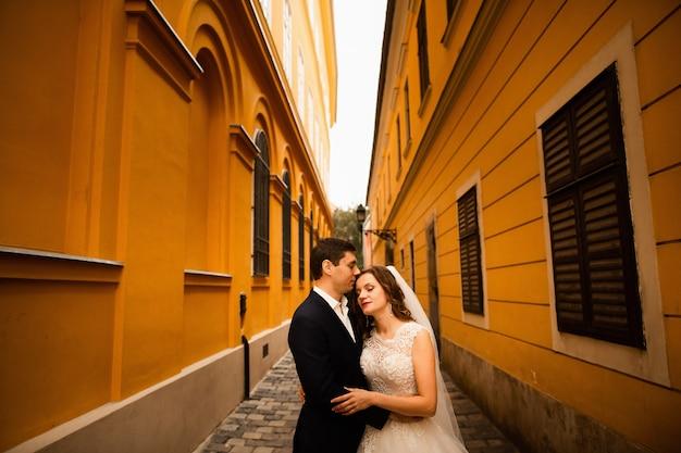 Hochzeitsporträt des liebens von jungvermählten in der alten stadt. Premium Fotos