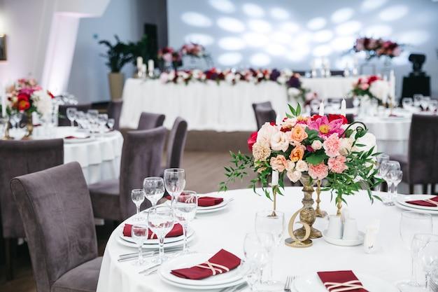 Hochzeitsrestaurant dekoriert Kostenlose Fotos