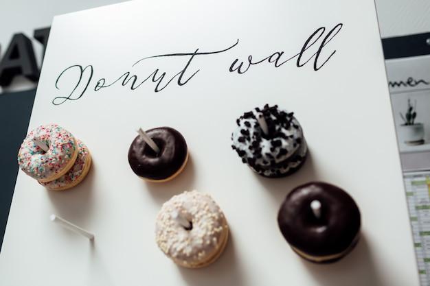 Hochzeitsschokoladen-donuts für gäste Premium Fotos