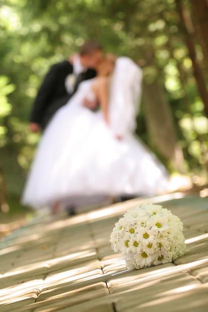 Hochzeitsstrauß auf dem boden Premium Fotos