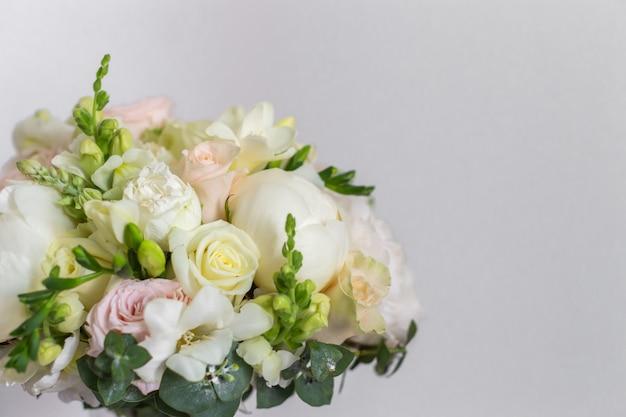 Hochzeitsstrauß in einer glasvase auf der treppe nahe der wand. Premium Fotos