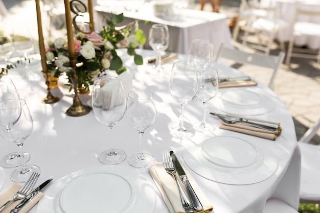 Hochzeitstafeleinstellung verziert. banketttisch für gäste im freien mit blick auf die grüne natur Premium Fotos