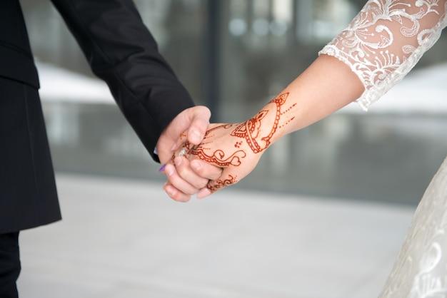 Hochzeitstag. bräutigam und braut mit blume. glückliches paar Premium Fotos