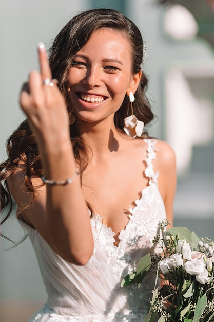 Hochzeitstag. portrait der schönen braut mit blumenstrauß Premium Fotos