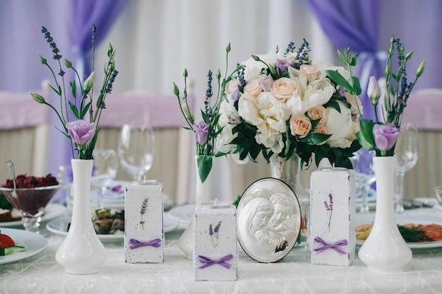 Hochzeitstische für feines essen oder andere veranstaltungen Premium Fotos