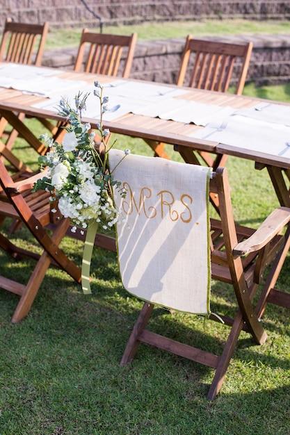 Hochzeitszeremonie mit blumen draußen im garten Premium Fotos