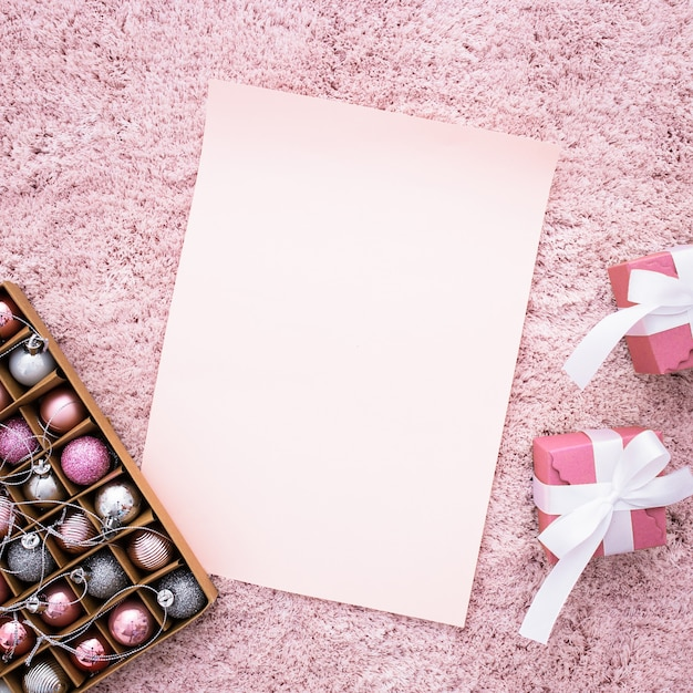 Hochzeitszusammensetzung mit geschenken auf einem rosa teppich Kostenlose Fotos