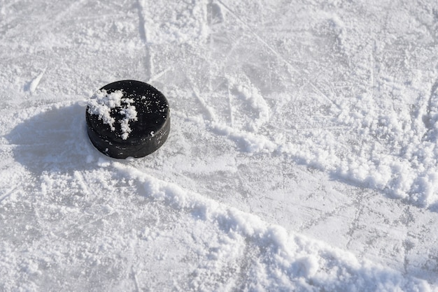 Hockey-puck liegt auf dem eis im stadion Premium Fotos