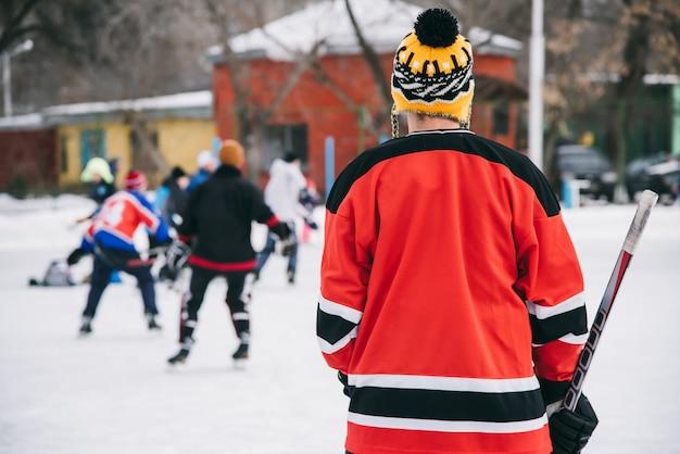 Hockeyfans versammelten sich im stadion, um zu spielen Premium Fotos