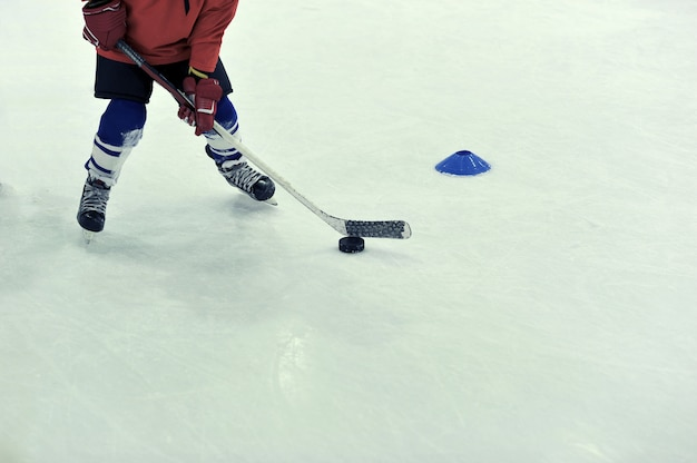 Hockeyspieler mit dem puck auf training Premium Fotos