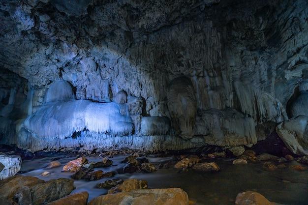 Höhlenpassage mit schönen stalaktiten in thailand (tanlodnoi-höhle) Premium Fotos