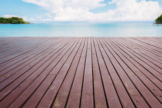 Hölzern am strand am himmel. Premium Fotos