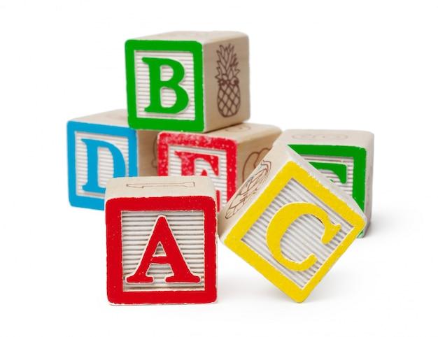Hölzerne alphabetblöcke lokalisiert auf weiß Premium Fotos