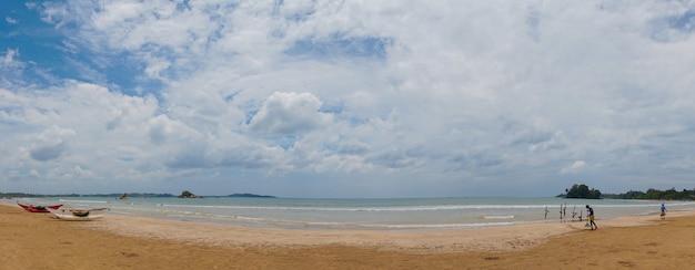 Hölzerne katamarane am sandstrand des indischen ozeans. Premium Fotos