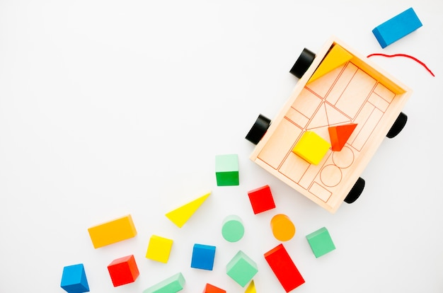 Hölzerne kinderspielwaren der draufsicht mit kopienraum Kostenlose Fotos