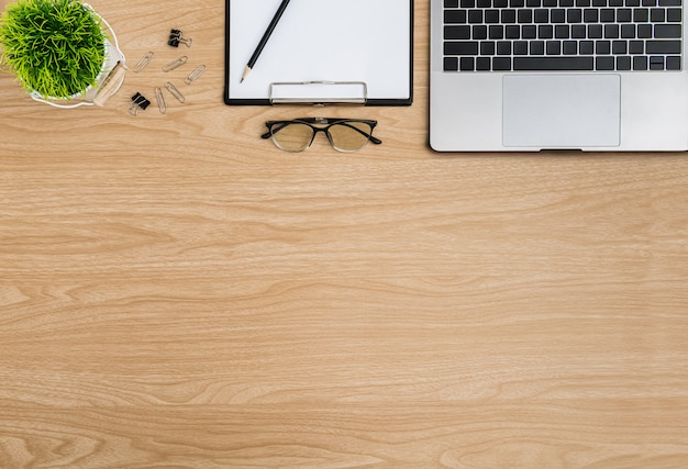 Hölzerne schreibtischtabelle der draufsicht. flacher arbeitsbereich Premium Fotos