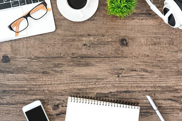 Hölzerne schreibtischtabelle und -ausrüstung browns für das arbeiten Premium Fotos