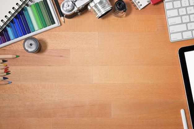 Hölzerne schreibtischwesensmerkmale des grafikdesigners und kopienraum Premium Fotos