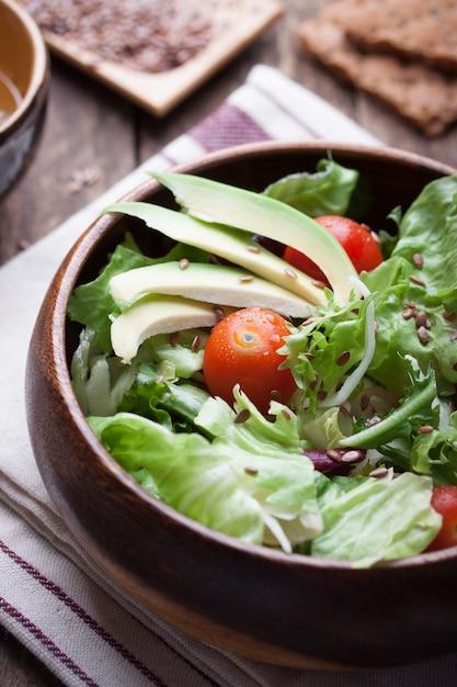 Hölzerne schüssel mit salat Kostenlose Fotos