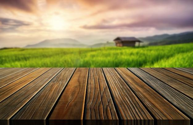 Hölzerne tabelle browns in der sommerbauernhof-grünlandschaft. Premium Fotos