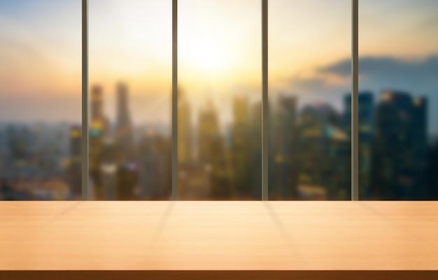 Hölzerne tabelle im modernen bürohintergrund des stadtzentrums Premium Fotos