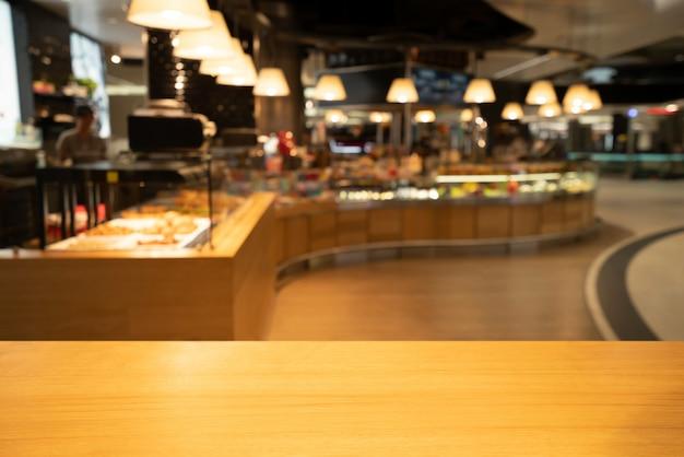 Hölzerne tabelle im unschärfehintergrund des modernen restaurants Premium Fotos