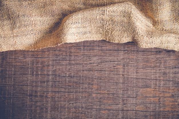 Hölzerne tabelle mit alter sackleineneinwand-tischdeckenbeschaffenheit Premium Fotos