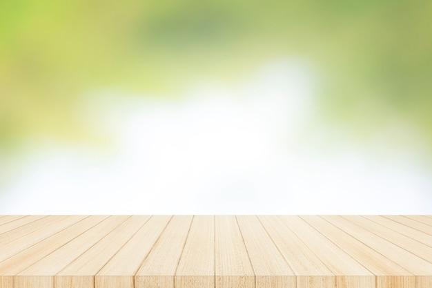 Hölzerne tischplatte an mit unschärfeglasfensterwand Premium Fotos