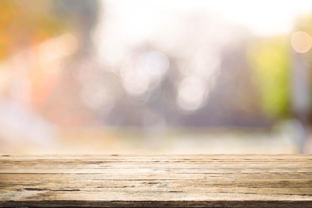 Hölzerne tischplatte auf bokeh abstraktem hintergrund. Premium Fotos
