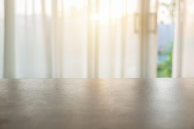 Hölzerne tischplatte auf unscharfem weichem vorhang Premium Fotos
