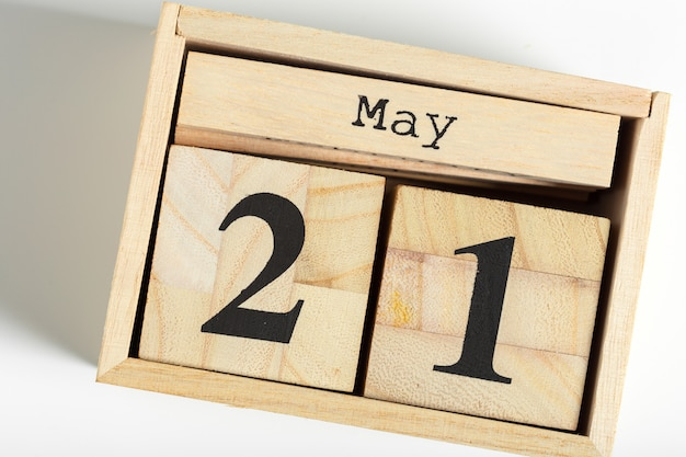 Hölzerne würfel mit datum am weiß. 21. mai Premium Fotos