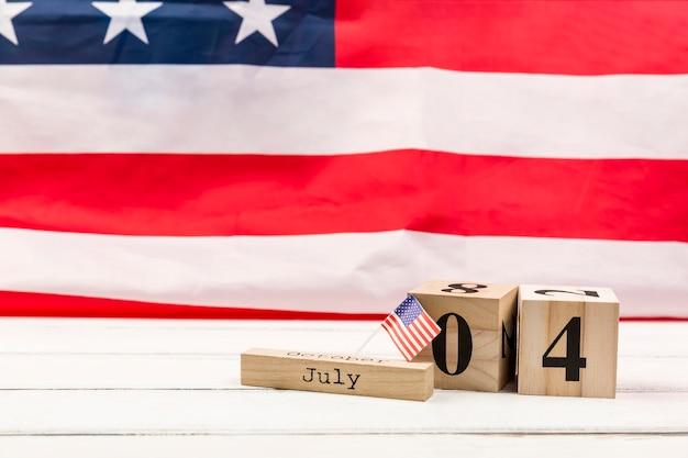 Hölzerne würfel mit datum des unabhängigkeitstags von amerika Kostenlose Fotos