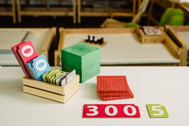 Hölzerne zahlen in tabellen, um mathematik in einem montessori-klassenzimmer zu lernen Premium Fotos