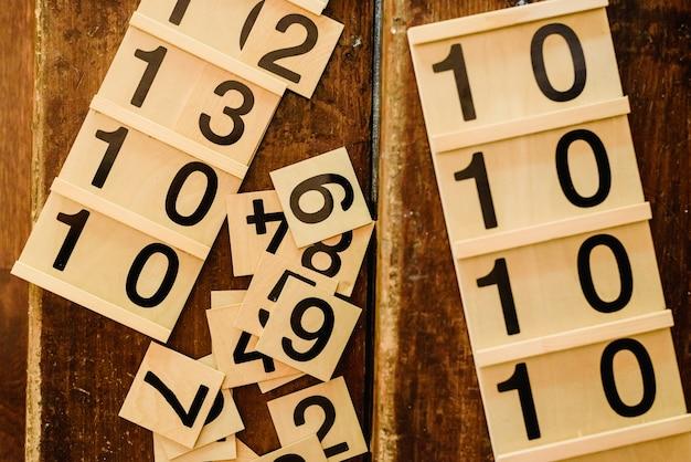 Hölzerne zahlen in tabellen, um mathematik in einem montessori-klassenzimmer zu lernen. Premium Fotos