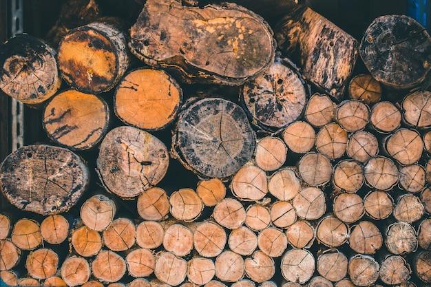 Hölzerner baumstapel der natürlichen hölzernen klotznaturbeschaffenheit für hintergrund Premium Fotos