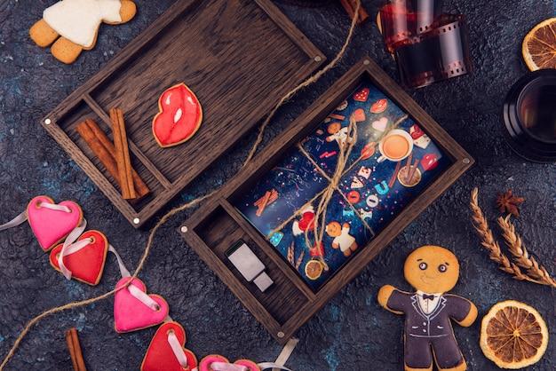 Hölzerner fotokasten mit foto für valentinstag oder hochzeitstag Premium Fotos