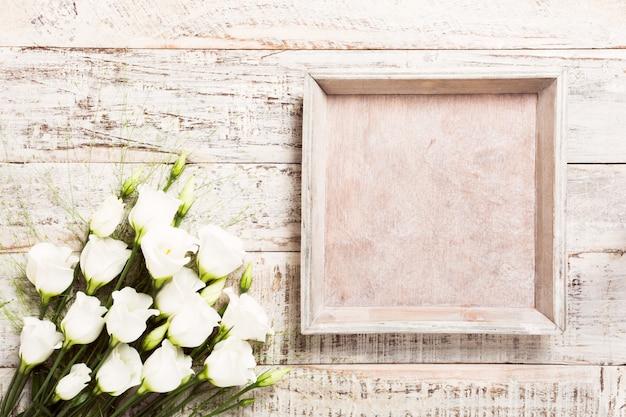 Hölzerner hintergrund mit blumenstrauß der weißen blumen Premium Fotos