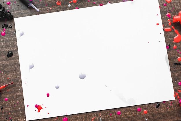 Hölzerner hintergrund mit nagellacken. platz für die inschrift im frauenthema. exemplar mit verschiedenen nagellacken Premium Fotos