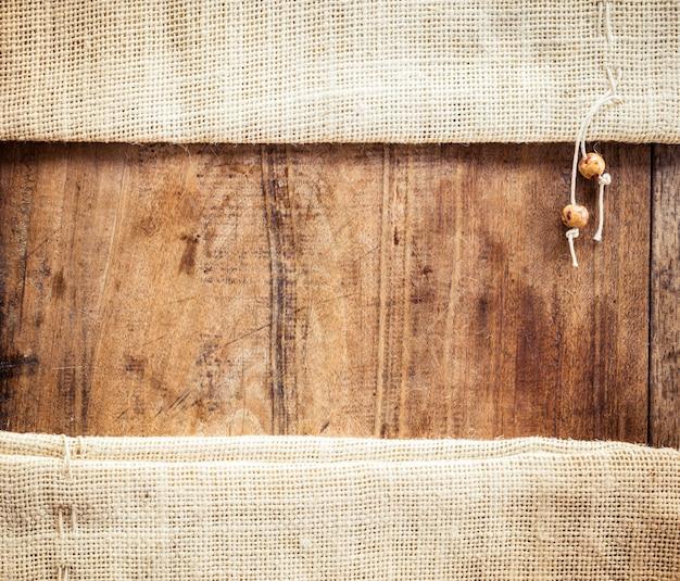 Hölzerner hintergrund mit sackleinenbeutel Premium Fotos