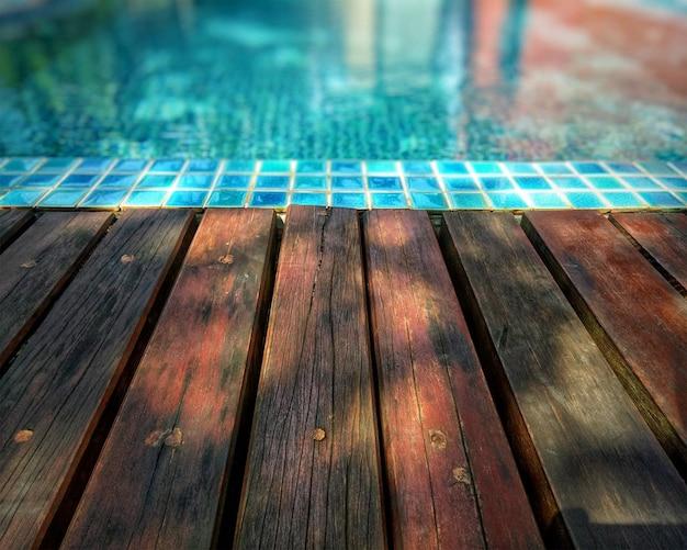 Hölzerner hintergrund und pool. Premium Fotos