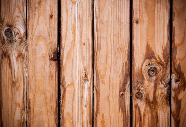 Hölzerner hintergrund von alten braunen vertikalen brettern mit knoten und flecken. Premium Fotos