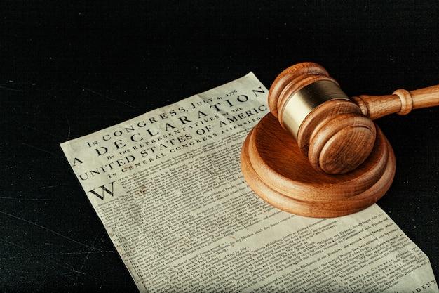 Hölzerner holzhammer browns auf amerikanischer unabhängigkeitserklärung Premium Fotos