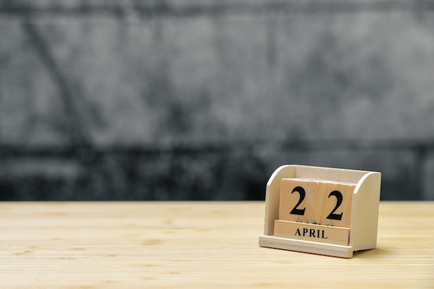 Hölzerner kalender am 22. april auf hölzernem abstraktem hintergrund der weinlese. Premium Fotos