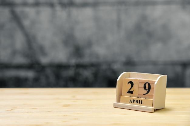 Hölzerner kalender am 29. april auf hölzernem abstraktem hintergrund der weinlese. Premium Fotos